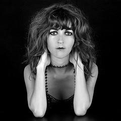 foto en blanco y negro de una mujer